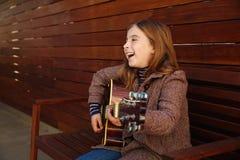 Blondynu dzieciaka dziewczyna bawić się gitarę Zdjęcie Royalty Free