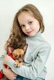 Blondynu dzieciaka dziewczyna z małym zwierzę domowe psem zdjęcia royalty free