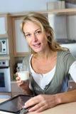Blondyny dorośleć kobiety pije mleko Obrazy Stock