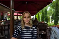 Blone flicka i kafé i Istanbul, Turkiet royaltyfri fotografi
