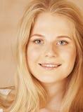 年轻凉快的blong十几岁的女孩弄乱了她的头发 免版税库存照片