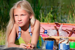 blont barn som tycker om sunen Arkivbild