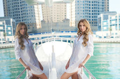 Blont flickaanseende på yachten arkivbilder