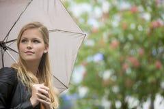 blont flickaparaply Fotografering för Bildbyråer