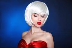 Blont guppar frisyren Dana skönhetflickan makeup Vita korta mummel royaltyfri fotografi