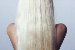 Blont hår. Tillbaka sida av kvinnan med rakt hår Arkivfoto