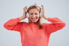Blont i lyssnande dålig musik för hörlurar Royaltyfri Foto