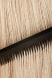 blont kamma hår Arkivbilder