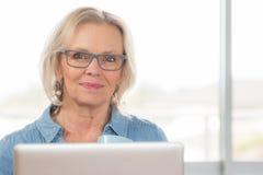 Blont kvinnaarbetsskrivbord Arkivfoto