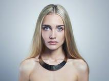 blont kvinnabarn härlig flicka Blondin i halsband royaltyfri bild