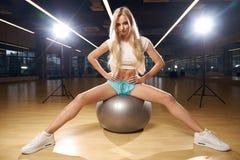 Blont kvinnasammanträde på schweizareboll Arkivfoton