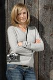 Blont med den antika kameran Royaltyfri Foto