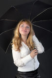 Blont med ett svart paraply Royaltyfri Fotografi