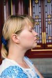 blont meditationkvinnabarn arkivbilder