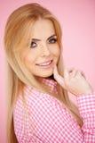 Blont posera för flicka Arkivbilder