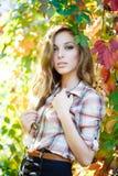 Blont posera för flicka som är utomhus- Royaltyfria Bilder