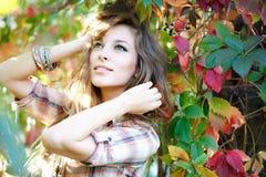 Blont posera för flicka som är utomhus- Fotografering för Bildbyråer