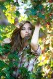 Blont posera för flicka som är utomhus- Arkivfoton
