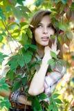 Blont posera för flicka som är utomhus- Arkivfoto