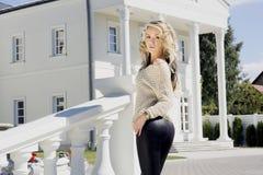 Blont posera för kvinna. Arkivfoto