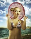 blont slitage för sommar för flickahattpink arkivfoton