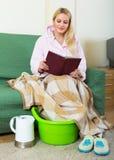 Blont tagande fotbad hemma arkivbilder