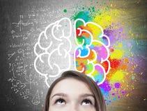 Blont tonårigt s-huvud och idérikt begrepp för tänka arkivbild