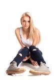 Blont tonårs- flickasammanträde Royaltyfria Foton