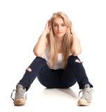Blont tonårs- flickasammanträde Royaltyfri Foto