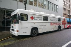 Bloodmobile partked på gatan Arkivfoton