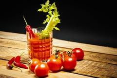Bloody Mary com uma parte de aipo e pimentas e tomates verdes Imagem de Stock