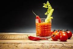 Bloody Mary com uma parte de aipo e pimentas e tomates verdes Imagens de Stock