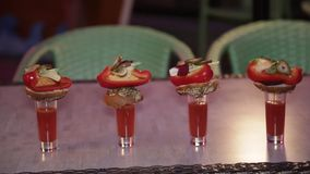 Bloody mary de cocktail avec le casse-croûte banque de vidéos