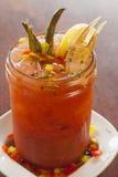 Bloody Mary, der mit grünen Bohnen geschmückt werden und eine Krabbe kratzen Stockbild