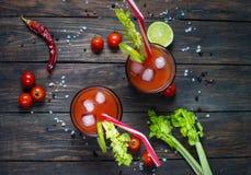 Bloody Mary do cocktail com gelo nos vidros em uma tabela de madeira imagem de stock