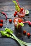 Bloody Mary do cocktail com gelo nos vidros em uma tabela de madeira fotografia de stock