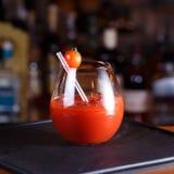 Bloody Mary- eller Caesar coctail på stångräknaren Klassisk coctail Royaltyfri Foto
