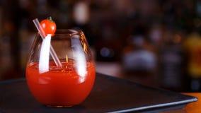 Bloody Mary- eller Caesar coctail på stångräknaren Klassisk coctail Royaltyfria Foton