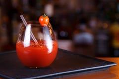 Bloody Mary- eller Caesar coctail på stångräknaren Klassisk coctail Arkivfoton