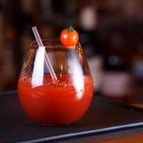 Bloody Mary- eller Caesar coctail på stångräknaren Klassisk coctail Arkivfoto