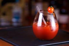 Bloody Mary- eller Caesar coctail på stångräknaren Klassisk coctail Royaltyfri Bild