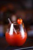 Bloody Mary- eller Caesar coctail på stångräknaren Klassisk coctail Royaltyfri Fotografi