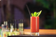 Bloody Mary på stångräknaren Klassisk coctail Royaltyfri Foto