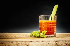 Bloody Mary vermelho suculento com uma parte de aipo verde Fotografia de Stock
