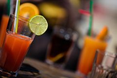 Bloody- Marycocktail des Alkohols auf Strandbar lizenzfreies stockbild