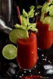 Bloody- Marycocktail und -bestandteile: peper Paprika, Kalk, Sellerie, stockfotografie