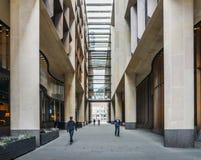 Bloomberg-Säulengang in der Stadt von London wurde Ende 2017 eröffnet und 10 in hohem Grade Nennrestaurants kennzeichnet Stockbild