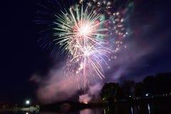 Bloomington, Illinois, de V.S. - 4 Juli 2018 - vierde van Juli-Vuurwerk rond Miller Park Lake Stock Foto's