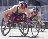 Bloomsday lilás 2013 12k corre na divisão da cadeira de rodas das mulheres de Spokane WA Imagem de Stock