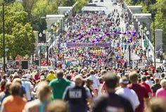 Bloomsday lilás 2013 12k corre no meta de Spokane WA Fotos de Stock